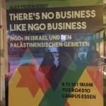 Nicht abgerissenes Plakat hinter Glas